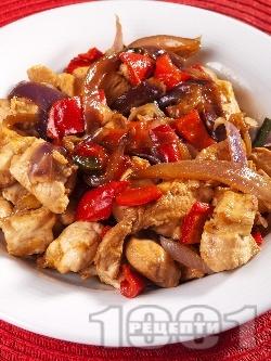 Задушени пилешки хапки от гърди с къри и зеленчуци (лук и червени чушки) на тиган - снимка на рецептата